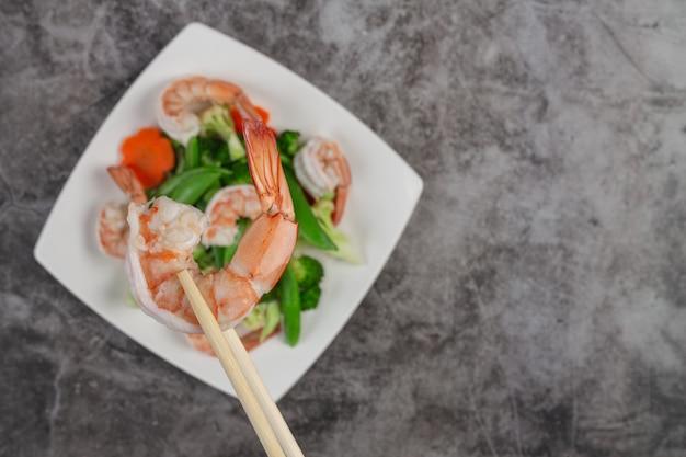 Misture os legumes fritos com camarão.