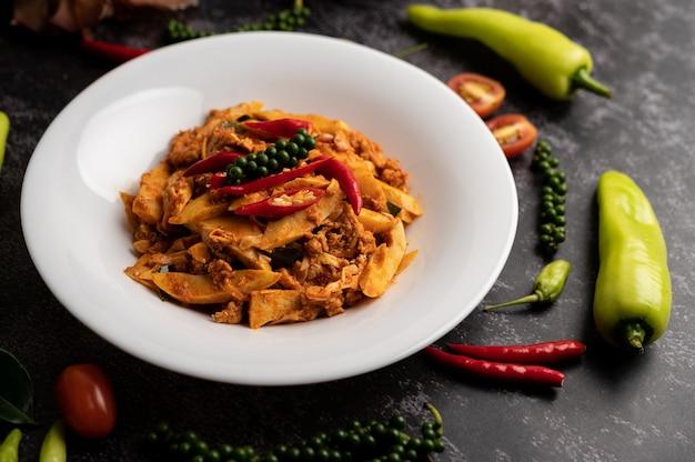 Misture pasta de curry frito com broto de bambu e carne de porco picada