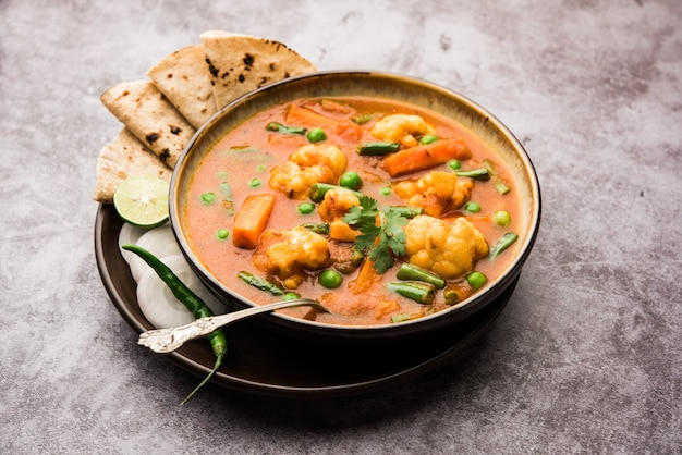 Misture receita de vegetais com legumes em uma tigela, receita de vegetais estilo restaurante indiano servida com chapati Foto Premium