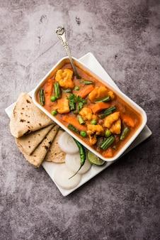 Misture receita de vegetais com legumes em uma tigela, receita de vegetais estilo restaurante indiano servida com chapati