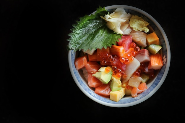 Misture sushi donburi em tigela