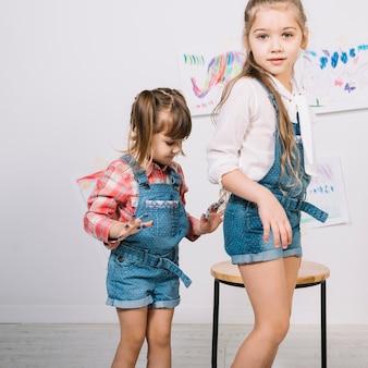 Miúdas giras em pé com os dedos pintados