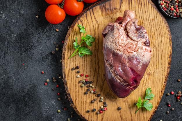 Miudezas cruas de porco ou carne bovina na mesa