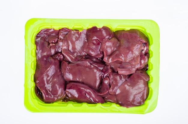 Miudezas, fígado. fígado de frango em fundo branco. foto do estúdio.