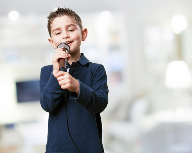 Miúdo com um microfone
