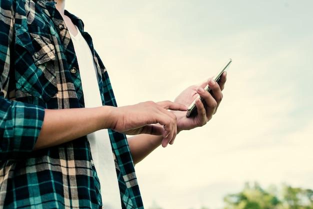 Miúdo corpo com um smartphone