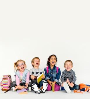 Miúdos bonitos prontos para a escola