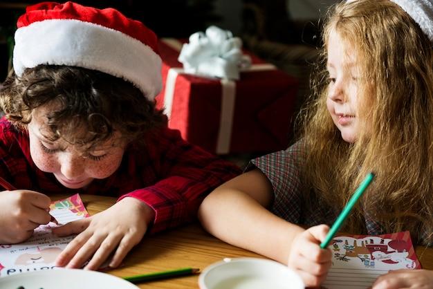 Miúdos que apreciam um livro de colorir