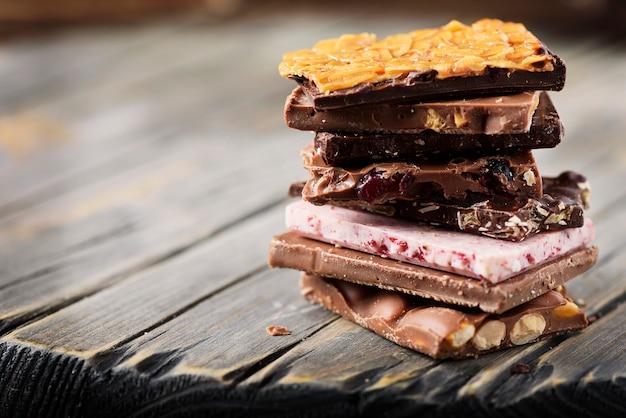 Mix de chocolate suíço doce na mesa de madeira, foco seletivo