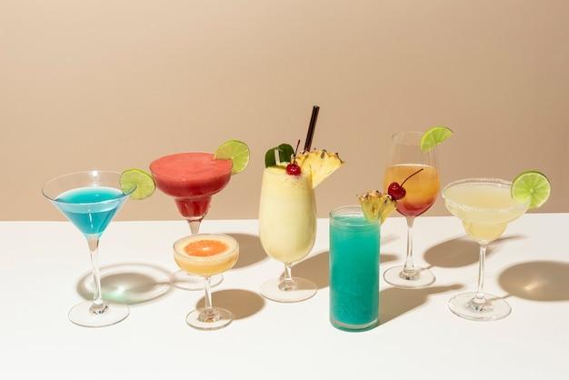 Mix de coquetéis retrô em balcão de bar