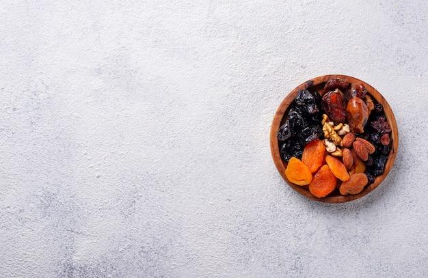 Mix de frutas secas e nozes no prato