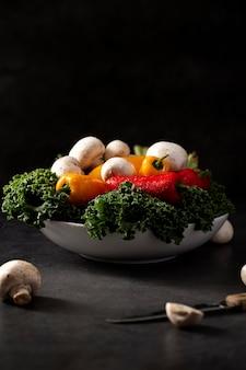 Mix de legumes em uma tigela de vista frontal