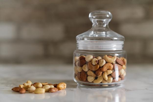 Mix de nozes em um recipiente transparente, castanhas de caju, amêndoas, avelãs
