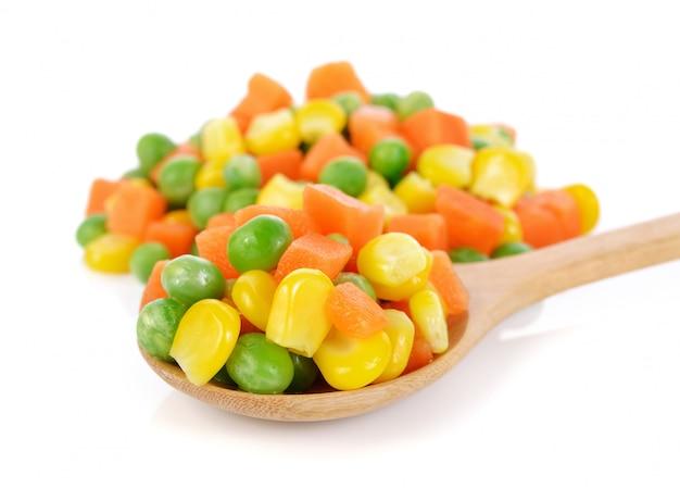 Mix de vegetais contendo cenouras, ervilhas e milho em branco
