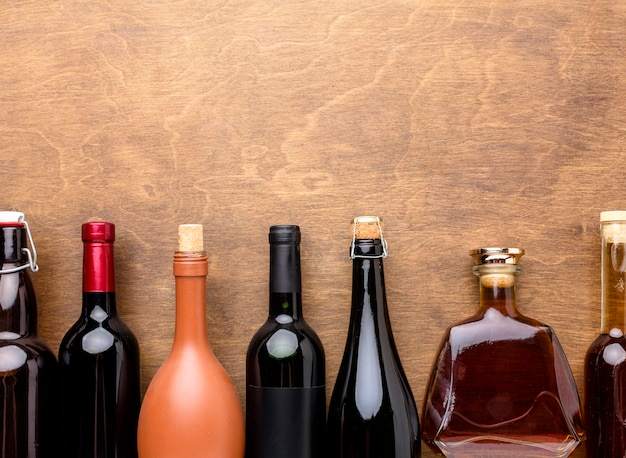 Mix de vista superior de garrafas de álcool
