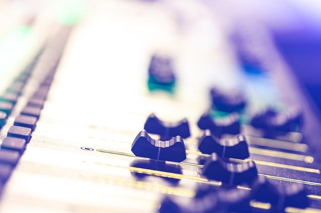 Mixador de som. console de mixagem de áudio profissional com luzes, botões, faders e controles deslizantes.