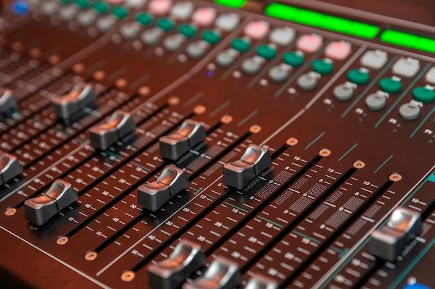 Mixador de som. fechar-se. console de dj. feriados e eventos.