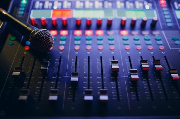 Mixagem de console e microfone, equalização manual de canais de som de áudio em boate