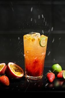 Mixed fruit soda contém maracujá morango e limão para refrescar após o exercício, água suada para a saúde, benéfica para o corpo.