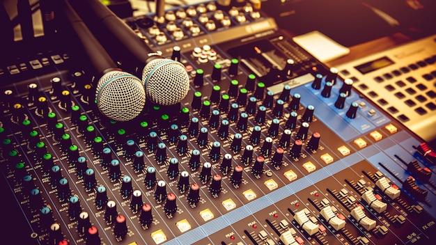 Mixer de áudio e microfone.