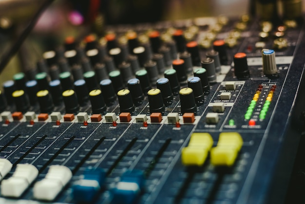 Mixer de áudio usado por um dj