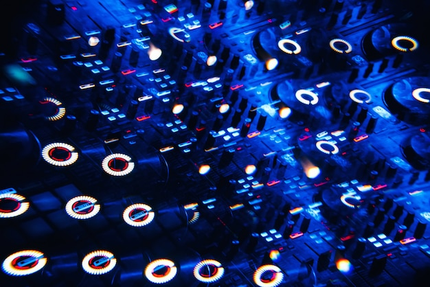 Mixer de dj em uma boate, luzes brilhantes de botões