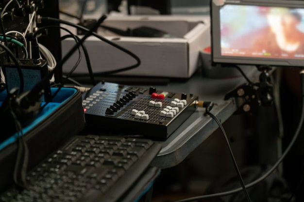 Mixer de estúdio de gravação para engenheiro de som trabalhando, especialista em ajustar o volume de um mixer de áudio