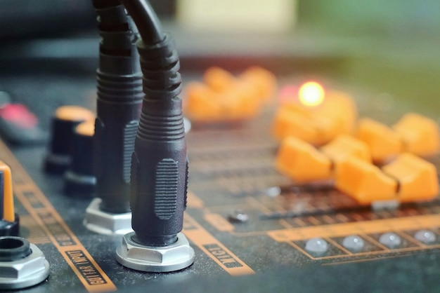 Mixer de som analógico. rádio controlador de áudio. trabalhando com tecnologia.
