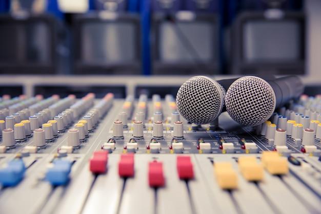 Mixer de som com microfones profissionais na sala de controle.