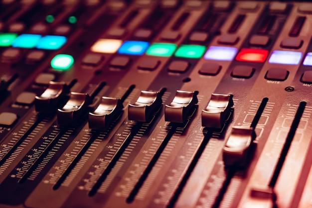 Mixer de som de áudio com botões e controles deslizantes