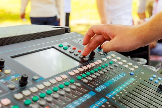 Mixer de som em ação, mão