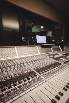 Mixer de som em um estúdio