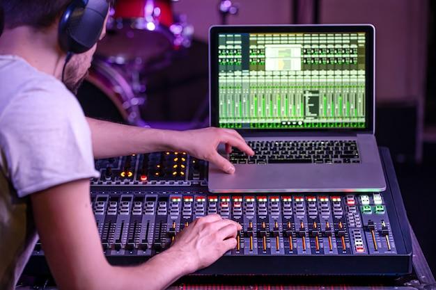 Mixer digital em um estúdio de gravação, com um computador para gravar músicas.