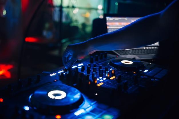 Mixer e cabine de dj na boate de uma festa