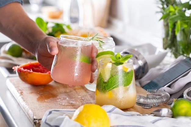 Mixologista fazendo coquetéis refrescantes com seltzer duro em casa