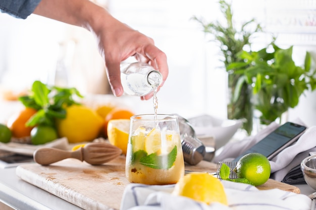 Mixologista fazendo coquetel refrescante com seltzer duro em casa