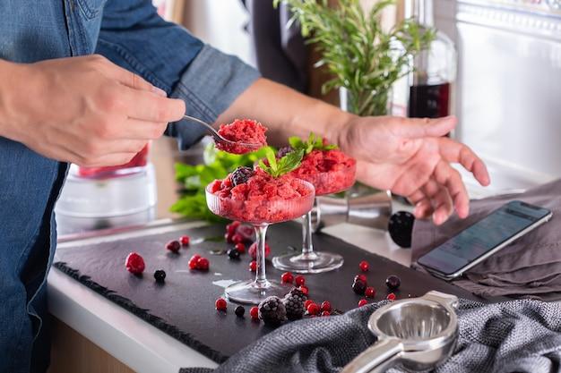Mixologista fazendo coquetel refrescante em casa