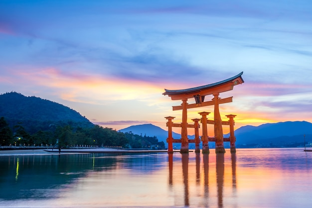 Miyajima, o famoso portão torii flutuante no japão.