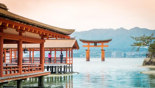 Miyajima torii está flutuando na água.