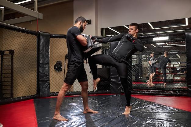Mma. dois jovens boxeadores profissionais de boxe, atletas lutando. conceito de esporte, competição, emoção e emoções humanas. copie espaço, conceito de esporte