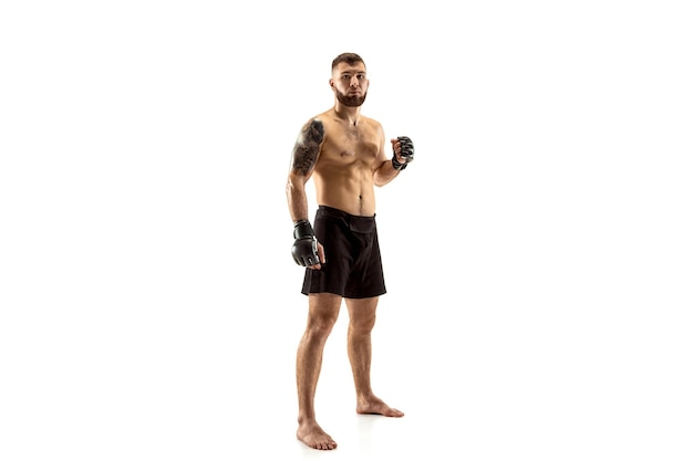 Mma. lutador profissional isolado no fundo branco do estúdio. conceito de esporte, competição, emoção e emoções humanas
