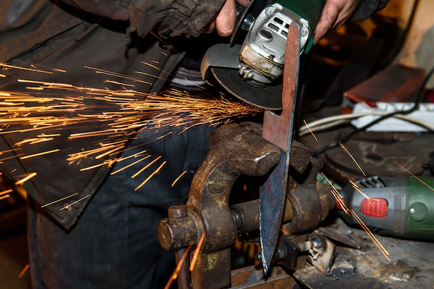 Moagem de ferramentas de metal com brilhos - oficina de forja
