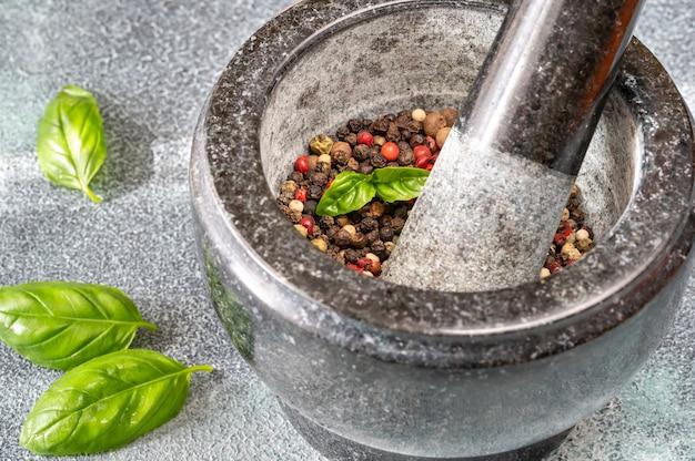 Moagem de mistura de pimenta em pilão de granito