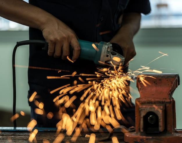 Moagem de roda elétrica na estrutura de aço na fábrica