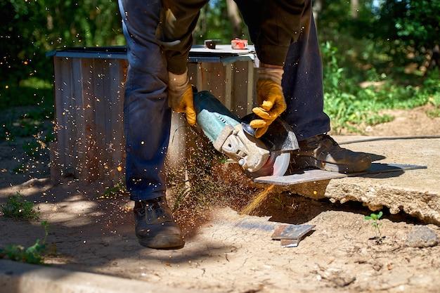 Moagem elétrica de rodas em um aço, cortando metais