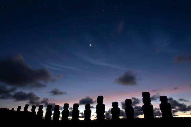Moais no nascer do sol, ahu tongariki, ilha de páscoa