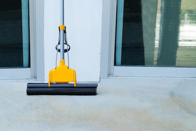 Mob para limpar o chão no chão do escritório ou limpeza
