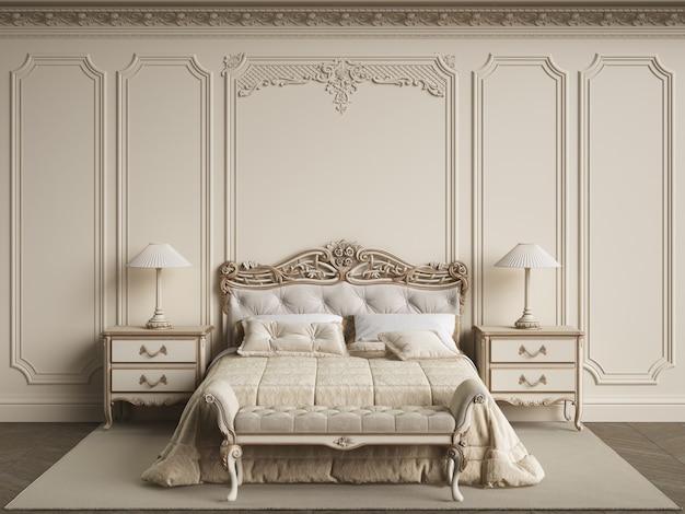 Mobília clássica do quarto no interior clássico. paredes com molduras, cornija ornamentada