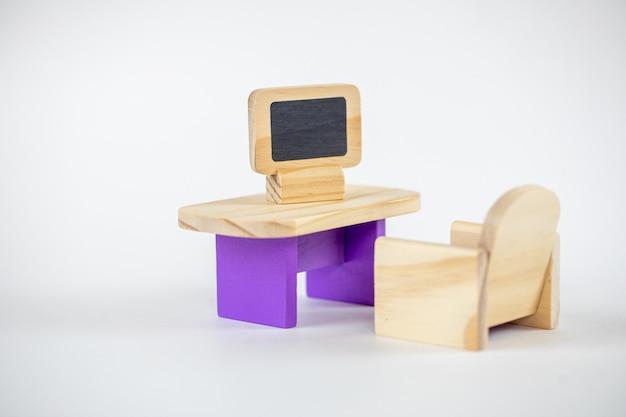 Mobília de brinquedo de madeira minúscula isolada. assento de brinquedo velho.