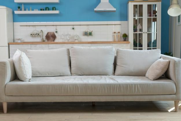 Mobília de sofá moderna na sala de estar